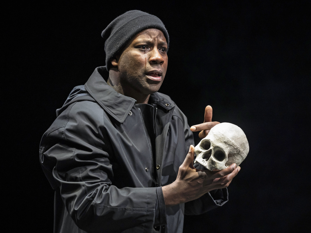 "Review ""Hamlet"" (Chicago Shakespeare Theater): To Go Or Not To Go?"